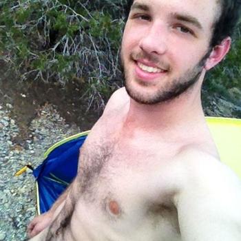 Houd jij er ook van om in de open lucht te genieten van een normaal geschapen jonge man?